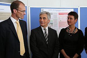 vlnr.: Hans-Peter Hofbauer (Baxter), Bundeskanzler Werner Faymann, Christine Schmatz (Baxter); (c) Baxter